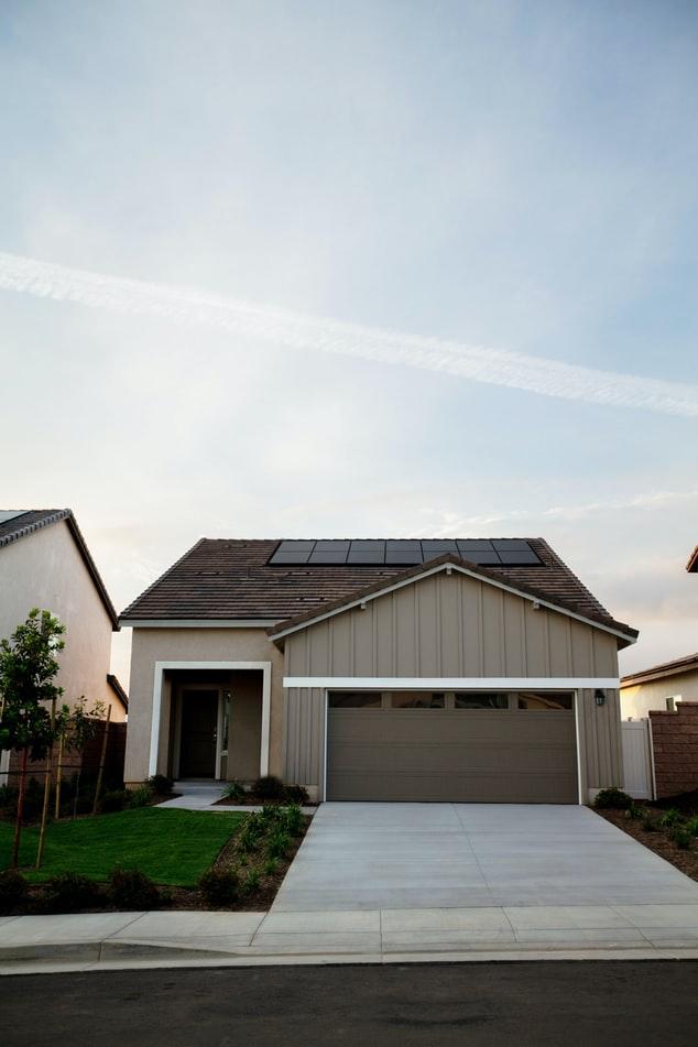 Rumah minimalis dengan panel surya